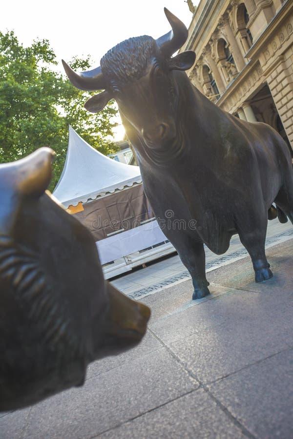 Frankfurt Germany giełdy papierów wartościowych niedźwiedzia i byka statuy obrazy stock