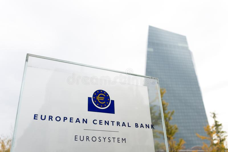 Frankfurt hesse/Tyskland - 11 10 18: europeisk centralbankbyggnad undertecknar in frankfurterkorven Tyskland royaltyfri fotografi