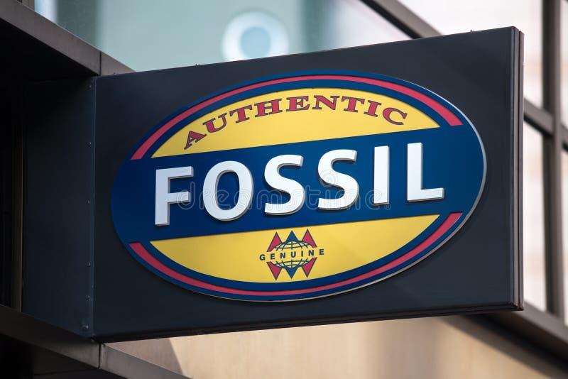 Frankfurt hesse/Tyskland - 11 10 18: fossil- tecken på en byggnad i frankfurterkorven Tyskland royaltyfri fotografi