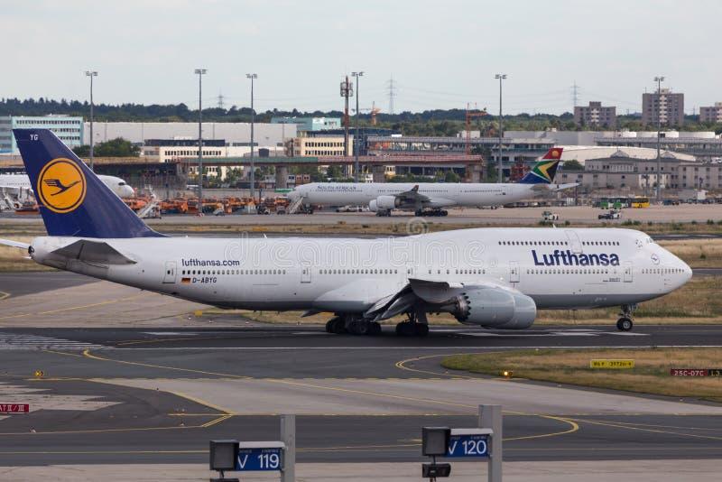 Frankfurt hesse/Tyskland - 25 06 18: lufthansa flygplan på frankfurterkorvflygplatsen Tyskland royaltyfria bilder