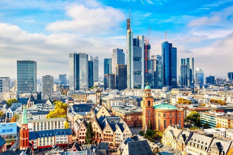 Frankfurt - jest - główny pieniężny dzielnica biznesu Panoramiczny widoku z lotu ptaka pejza?u miejskiego linia horyzontu z drapa zdjęcie stock