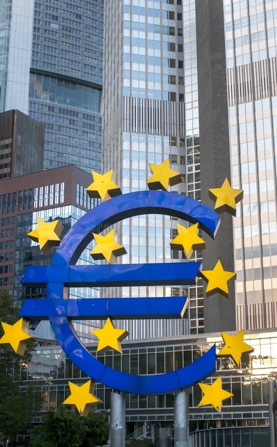 FRANKFURT - jest - magistrala NIEMCY, PAŹDZIERNIK, - 6, 2017: Euro znak Europea zdjęcia stock