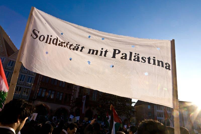 Ludzie w Frankfurt magistrala demonstrują przeciw bombardowaniu Gaza - Am - obrazy stock