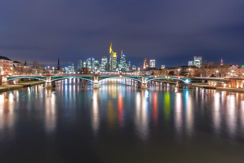 Frankfurt linia horyzontu widok przy nocą obrazy royalty free