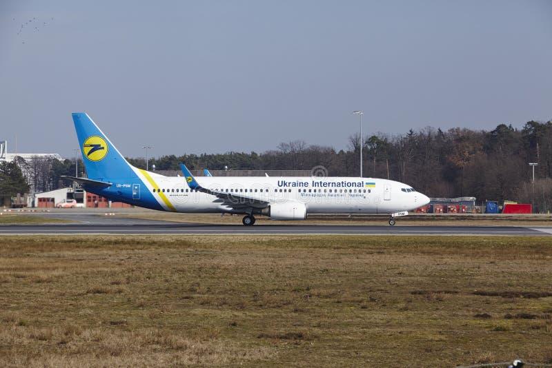 Frankfurt lotniska międzynarodowego †'Ukraine International Airlines Boeing 737 bierze daleko zdjęcia stock