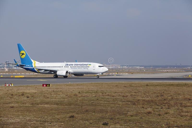 Frankfurt lotniska międzynarodowego †'Ukraine International Airlines Boeing 737 bierze daleko obrazy stock