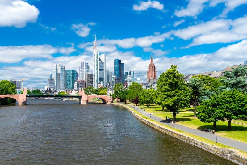 Download Frankfurt-am-Main stock afbeelding. Afbeelding bestaande uit skyline - 107703355
