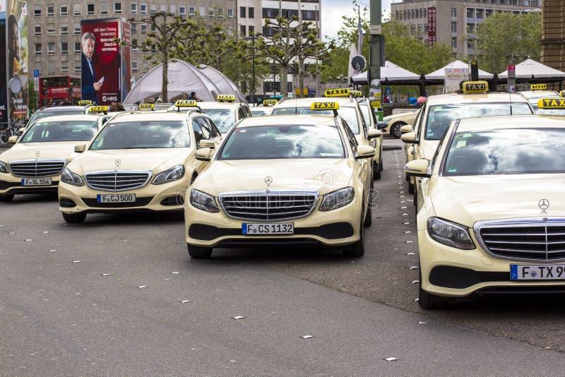 Frankfurt-am-Main, Alemania Hauptbahnhof, el 28 de abril de 2019, aparcamiento del taxi en Alemania Los taxis de Francfort son pr imagen de archivo