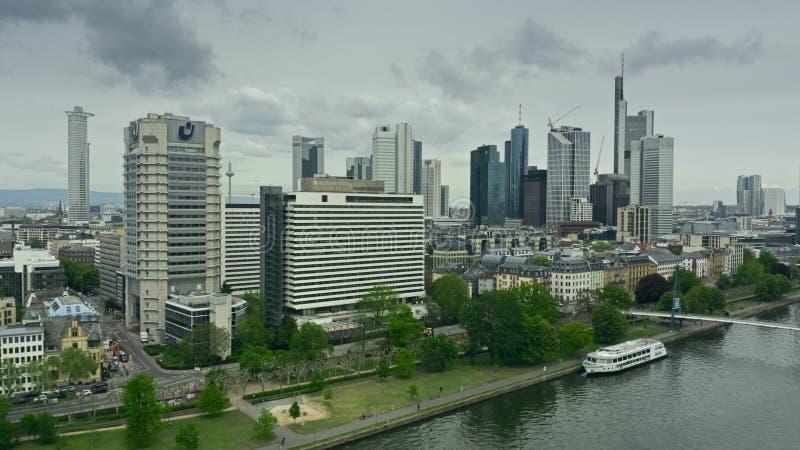 FRANKFURT AM MAIN, DEUTSCHLAND - 29. APRIL 2019 Luftschuß von Stadtwolkenkratzern stockfotos