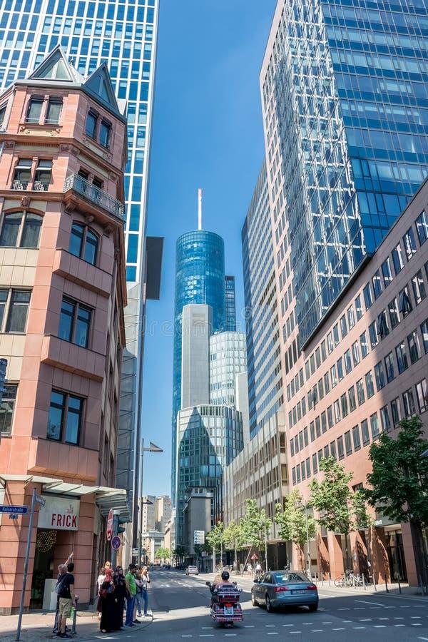 Frankfurt am Main Deutschland - Hauptturm, Wolkenkratzer, Straße stockfotografie