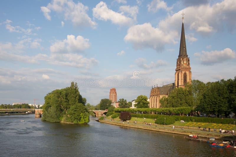 Frankfurt-am-Main: iglesia en el río - Alemania fotografía de archivo libre de regalías