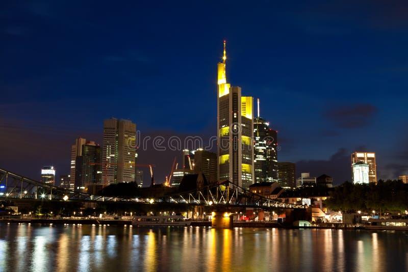 Frankfurt am Main på natten arkivbilder