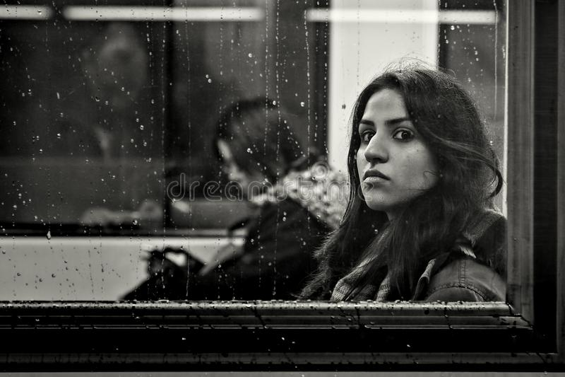 Frankfurt Niemcy, Grudzień, - 16: Niezidentyfikowana dziewczyna w metro spojrzeniach przy kamerą na deszczowym dniu na Grudniu 16 zdjęcie royalty free
