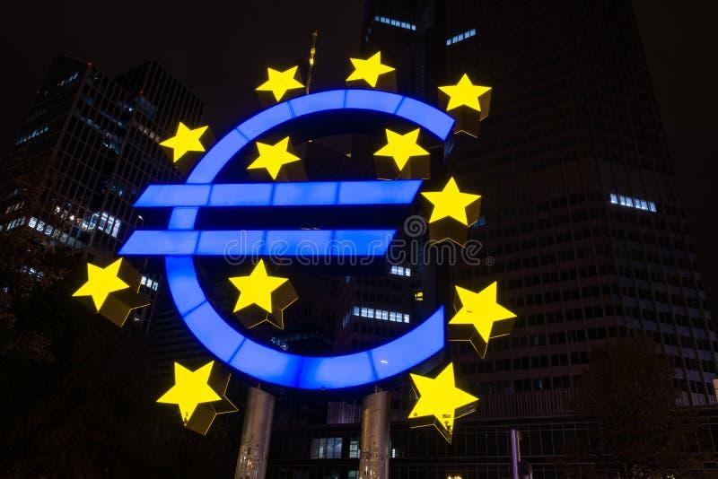 FRANKFURT NIEMCY, Październik, - 28, 2017: Błękitny i żółty euro znak obraz stock