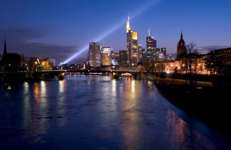 frankfurt searchlight skyline στοκ εικόνα με δικαίωμα ελεύθερης χρήσης