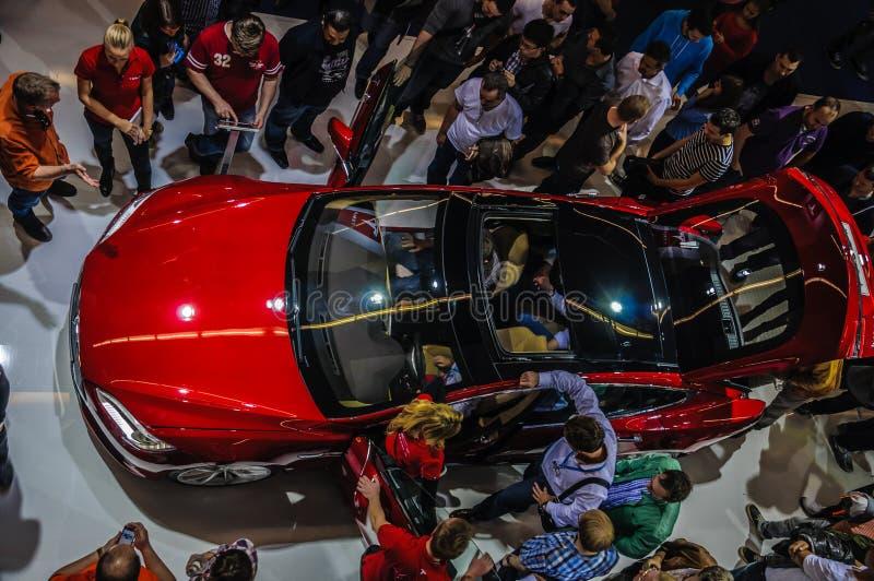 FRANKFURT - SEPT 21: nowa 2014 Tesla S samochodu Wzorcowa eletric teraźniejszość obrazy stock