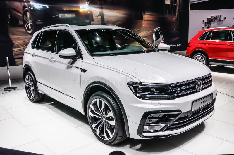 FRANKFURT - SEPT. 2015: Volkswagen-de r-Lijn van VW bij de Internationale Motor die van IAA wordt voorgesteld stock afbeeldingen