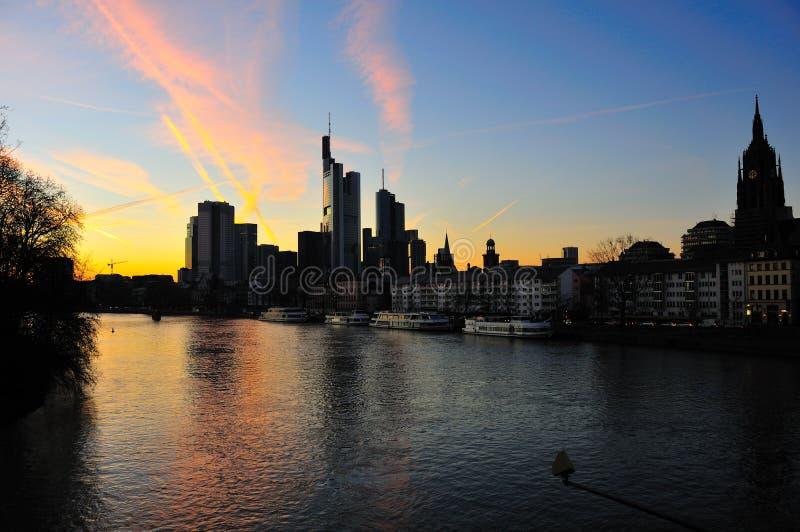 Frankfurt-Skyline an der Dämmerung lizenzfreies stockfoto