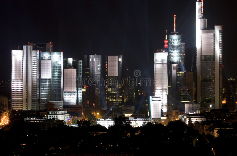 Frankfurt-Skyline-Lit oben stockfotos