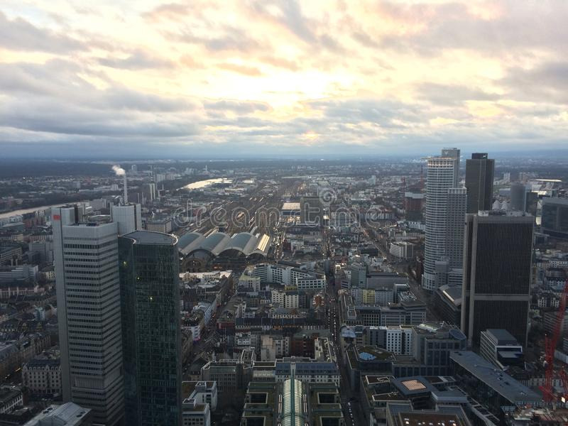 frankfurt solnedg?ng arkivfoto
