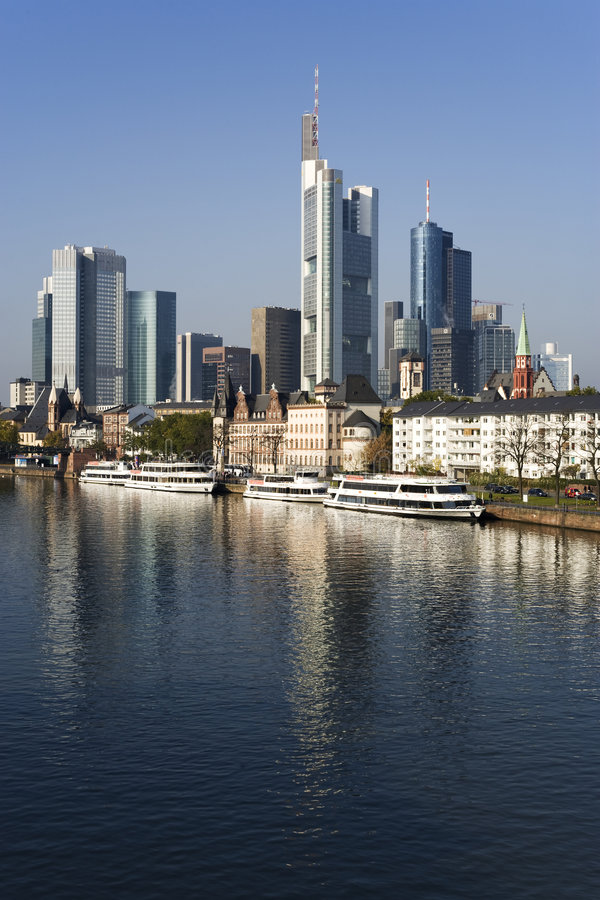 Frankfurt-Stadtbild reflektiert in der Fluss-Hauptleitung stockfotos