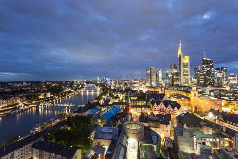 Frankfurt strömförsörjning på natten arkivfoton