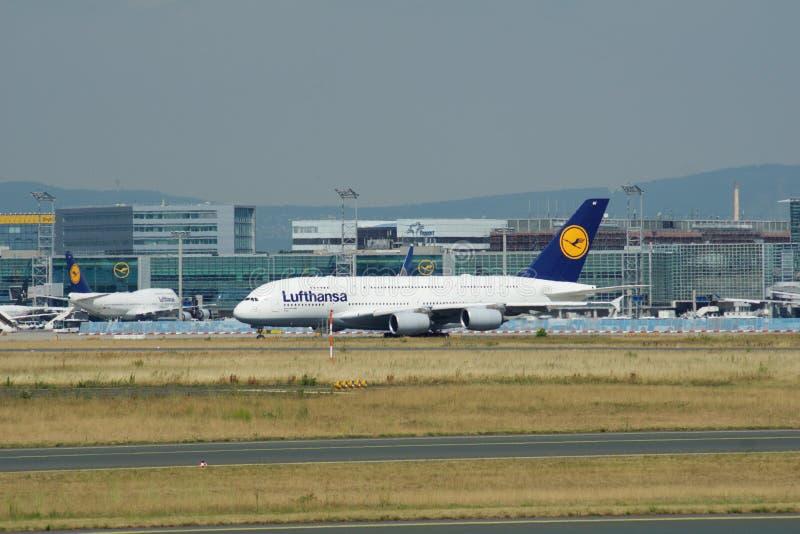 FRANKFURT TYSKLAND - JUNI 09., 2017: Lufthansa flygbuss A380 MSN 66 - D--AIMFflygplan som åker taxi på flygplatsen A380 är royaltyfria foton