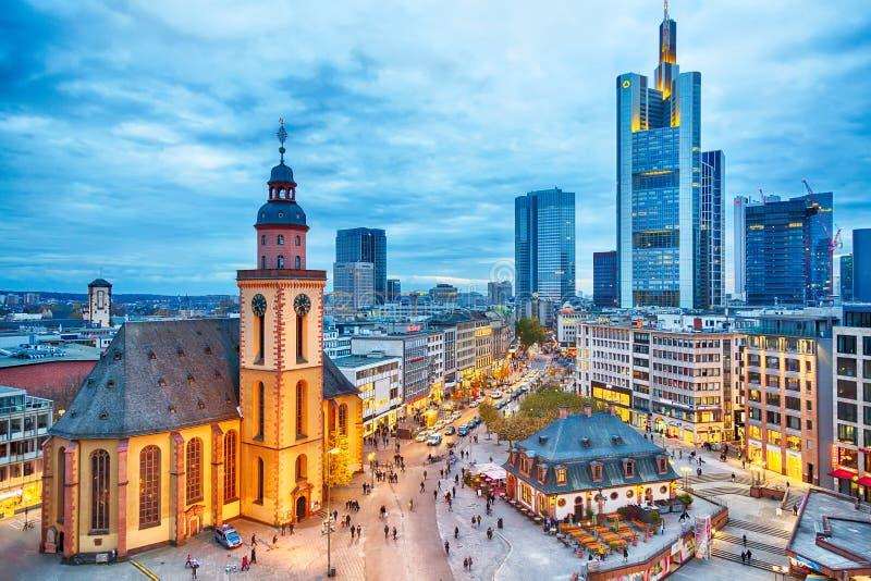 FRANKFURT TYSKLAND - NOVEMBER, 2017: Sikt till horisont av Frankfurt i solnedgångblåtttimme Kyrka för St Paul ` s och det Hauptwa royaltyfri bild