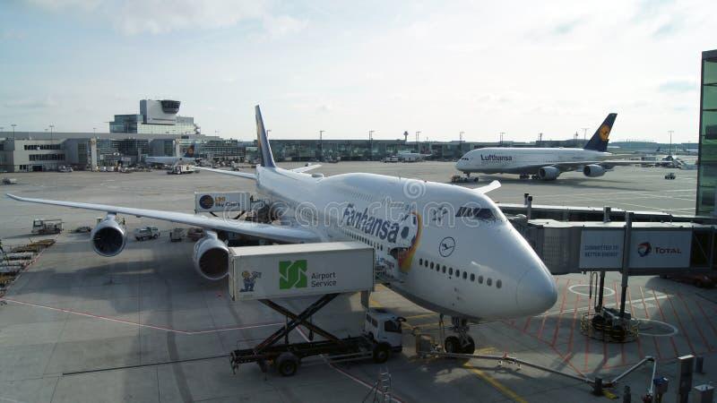 FRANKFURT TYSKLAND - OKTOBER 12, 2014: Lufthansa flygBoeing 747-8 jumbo - stråle som är klar att ta av Flaggabäraren av GER royaltyfria bilder