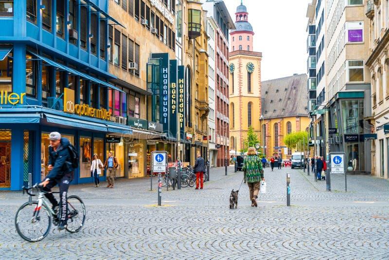 FRANKFURT TYSKLAND - SEPTEMBER 3, 2018: folket promenerar den shoppa gatan av Frankfurt, Tyskland royaltyfria foton