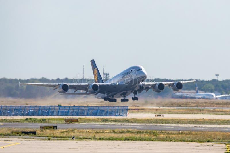 Frankfurt Tyskland 11 08 19 trafikflygplan för stråle för motor för Lufthansa flygbuss som A380 4 startar på fraportflygplatsstar royaltyfri fotografi