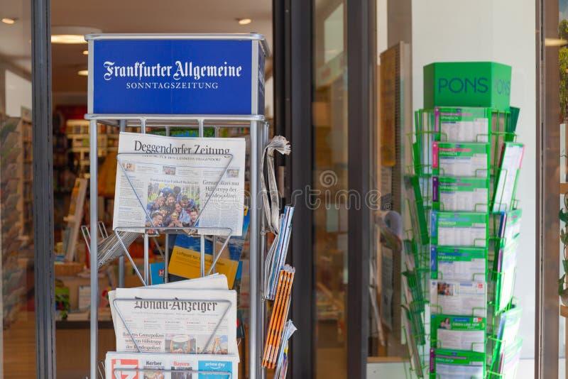 Frankfurter Allgemeinetidningsställning på skyltfönster arkivfoto