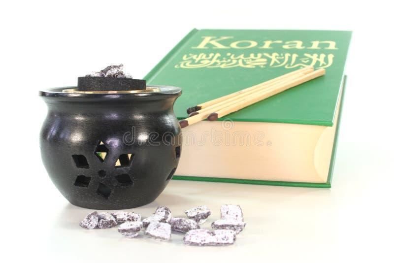 Frankincense con il censer e Koran di incenso fotografia stock