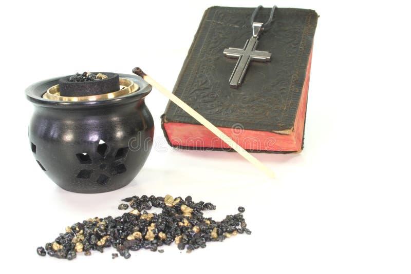 Frankincense con il censer e la bibbia di incenso fotografia stock