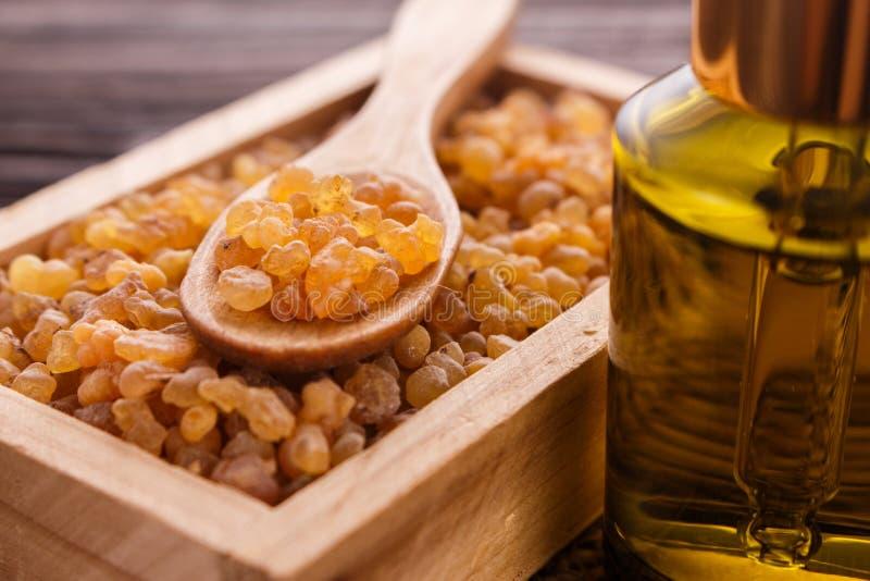 Frankincense istotny olej na drewnianym tle obraz stock