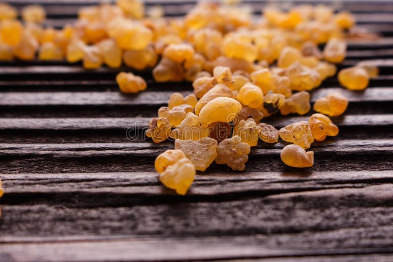 Frankincense istotny olej na drewnianym tle zdjęcia royalty free
