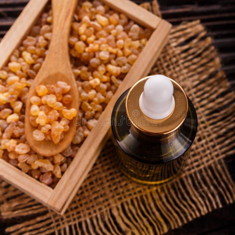 Frankincense istotny olej na drewnianym tle zdjęcie royalty free