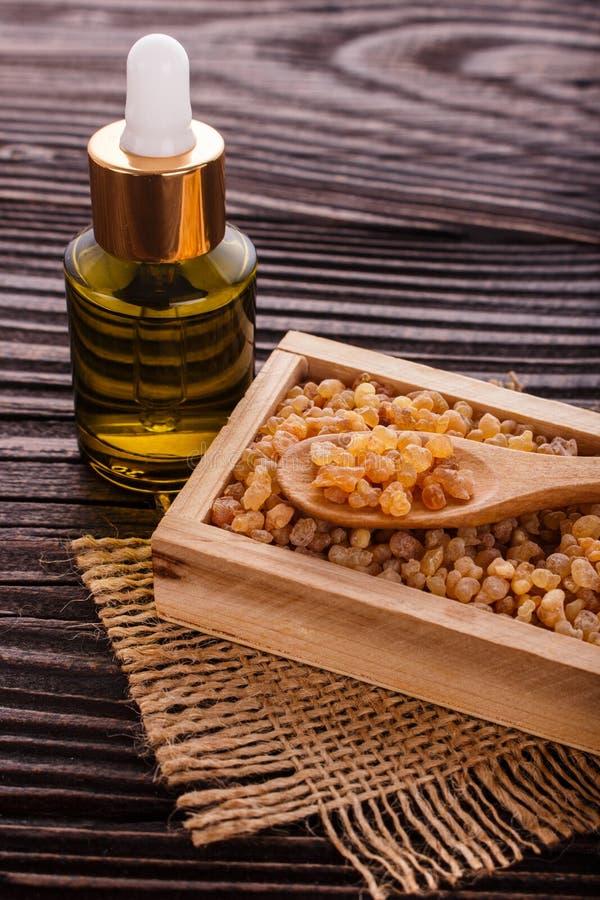 Frankincense istotny olej na drewnianym tle obrazy stock