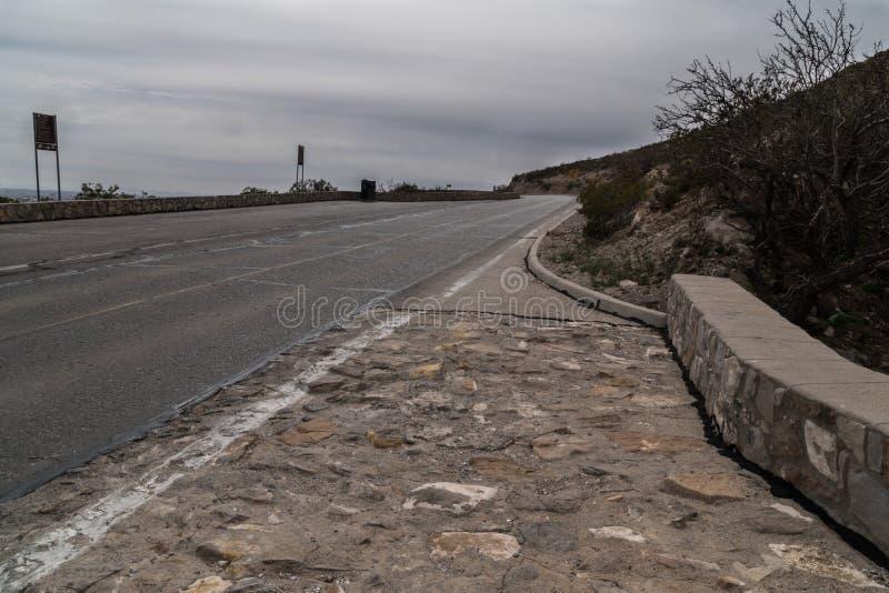Franklin Mountains cênico negligencia a estrada em Texas fotos de stock