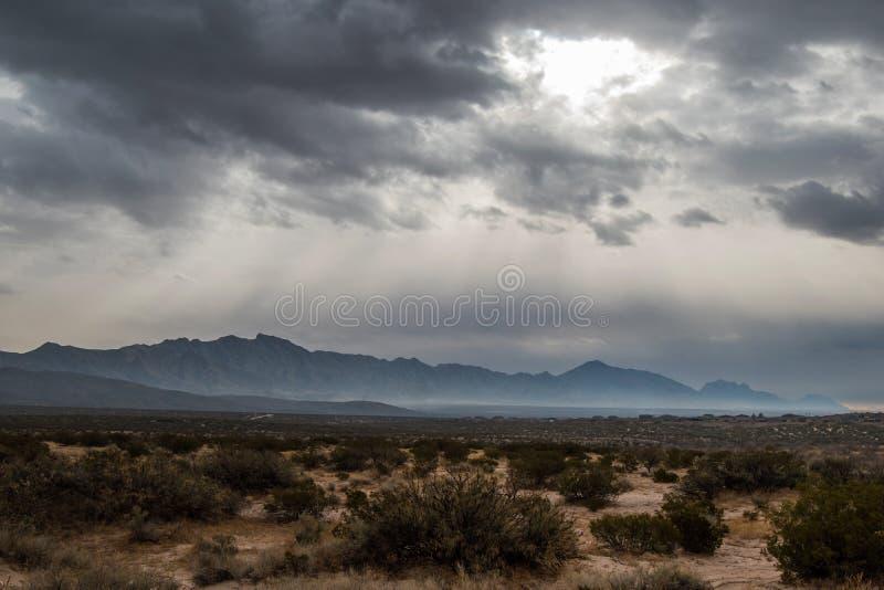 Franklin Mountains unter dunklem düsterem Himmel stockfotografie