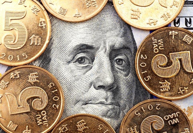 Franklin& x27 ; s dirigent le portrait sur cent dollars entourés par les pièces de monnaie chinoises photographie stock