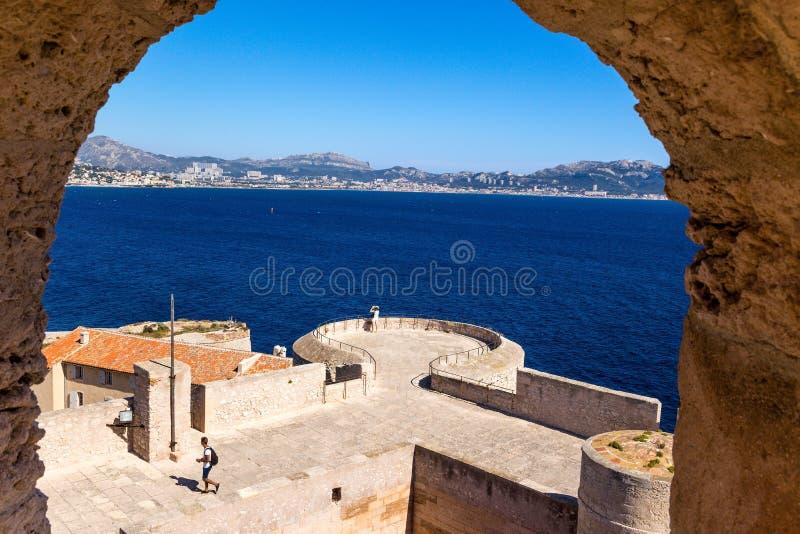 frankreich Die Ansicht vom Schloss auf der Insel von wenn, den Verstärkungen und der Küste stockbild