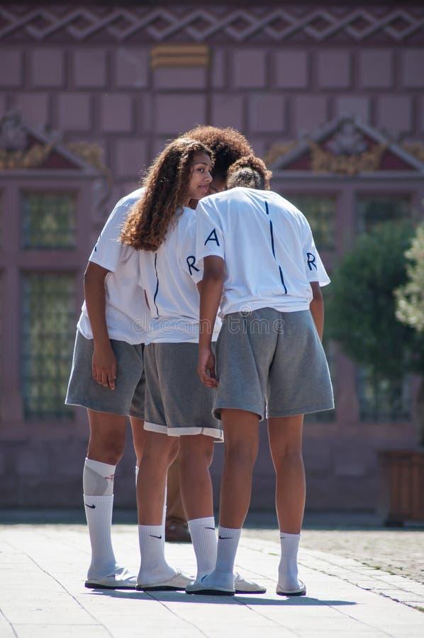 Frankreich-Frauenbasketball-team, welches das Stadtzentrum besucht lizenzfreies stockbild