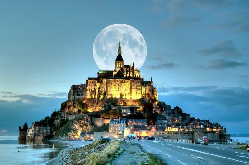 Frankreich, Mont Saint Michel an der blauen Stunde stockfotografie