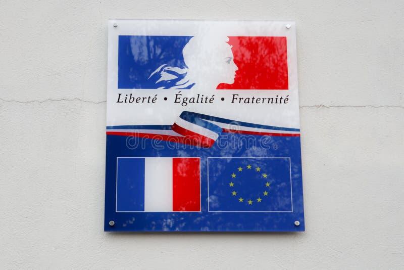 Frankreich- und Europa-Flagge mit dem Schreiben von liberte egalite fraternite bedeutet in französischem Freiheitsgleichheit frat stockbilder