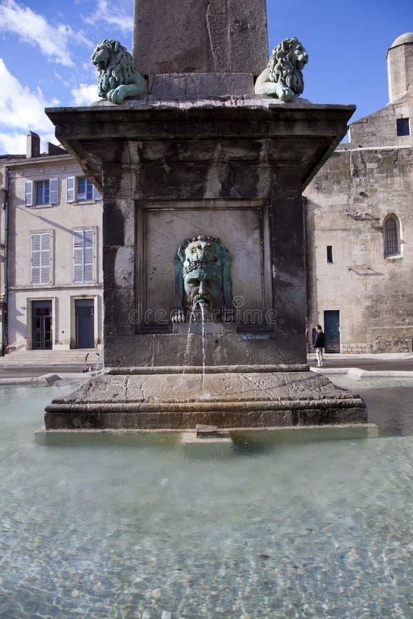 Frankrijk, Arles, de fontein en de kolom stock fotografie