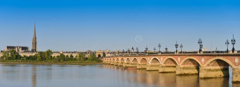 Frankrijk, Bordeaux, 33, Pierre-brug en Saint Michelkerk royalty-vrije stock foto