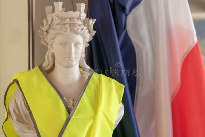 Frankrijk en zijn symbolen van de Republiek tegen gele vesten Marianne en Franse tricolor stock foto