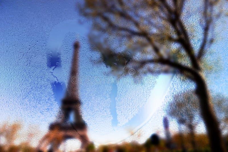 Frankrijk, Parijs, de Toren van Eiffel in een regenachtige dag met trekt hart op nat glas stock afbeelding