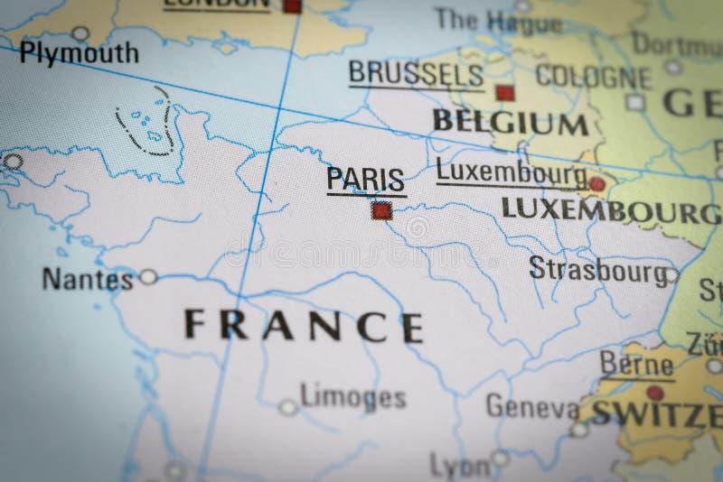 Frankrijk-Parijs in dichte omhooggaand op de kaart royalty-vrije stock afbeelding